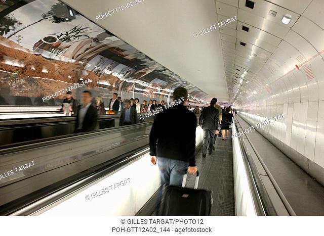 France, ile de france, paris, 15e arrondissement, metro, station montparnasse bienvenue, tapis roulant, couloir, Date : 2011-2012 Photo Gilles Targat