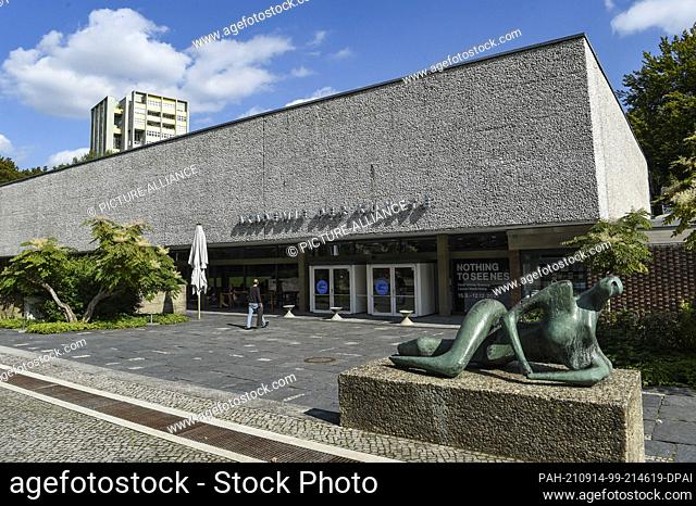 """14 September 2021, Berlin: An exterior view of the Academy of Arts with the sculpture """"""""The Reclining Figure"""""""" by Henry Moore"""