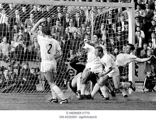 Fussball, Bundesliga, Saison 1966/1967, Stadion an der Hamburger Strasse, Eintracht Braunschweig gegen Borussia Moenchengladbach 2:1, Spielszene, Torszene