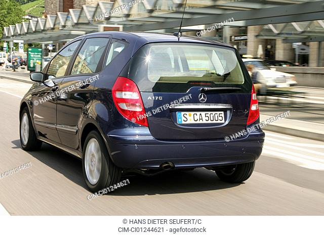 Car, Mercedes A 170, model year 2004, Lower middle-sized class, dark blue, Limousine, driving, diagonal from the back, rear view, City