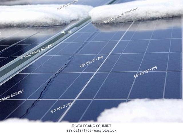 Photovoltaikanlage mit etwas Schnee