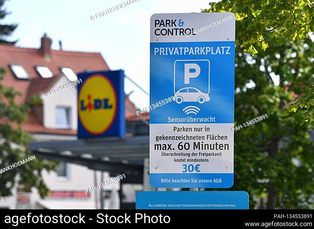 Information sign, sign PRIVATPARKPLATZ in front of a discounter, park and control, sensor-monitored, maximum parking time 60 minutes