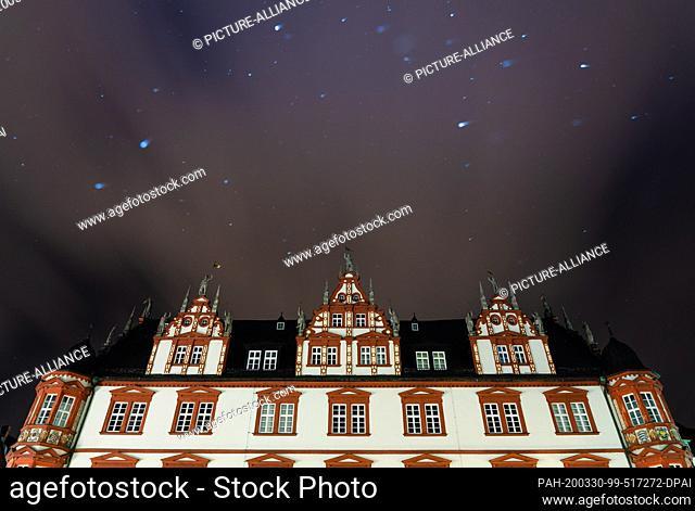 29 March 2020, Bavaria, Coburg: Light snowfall over the townhouse on the Coburg market square. Photo: Nicolas Armer/dpa. - Coburg/Bavaria/Germany