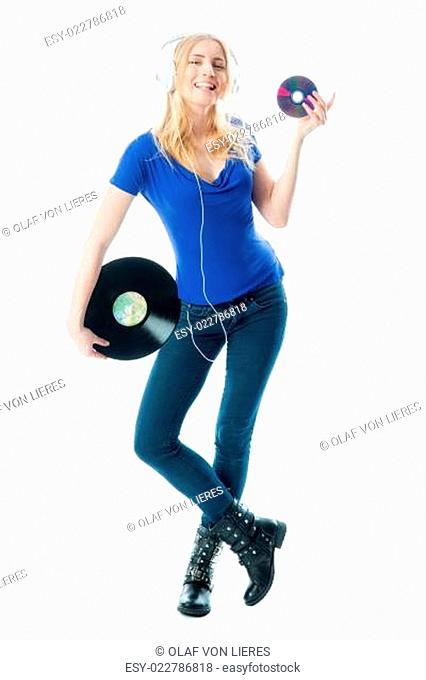 Blondes Mädchen hält eine Schallplatte und eine CD