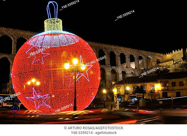 The big Christmas Tree ball in the front of the aqueduct of Segovia