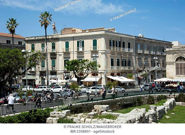 Bar on the market square and the Temple of Apollo, Siracusa, Syracuse, Ortygia Island, Ortigia, Sicily, Italy, Europe