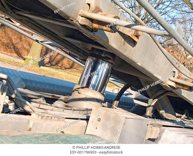 Hydraulic raising lowering system on a truck