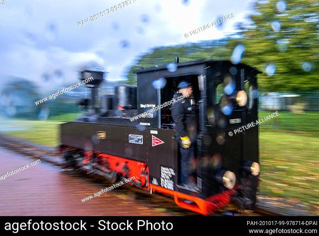 17 October 2020, Mecklenburg-Western Pomerania, Klütz: In the rain, the 102-year-old brigade locomotive drives through the station. Until 19.10