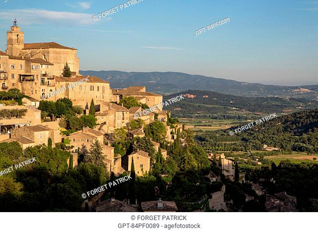 THE HILLTOP VILLAGE OF GORDES, LISTED AS ONE OF THE MOST BEAUTIFUL VILLAGES IN FRANCE, REGIONAL NATURE PARK OF THE LUBERON, VAUCLUSE (84), FRANCE