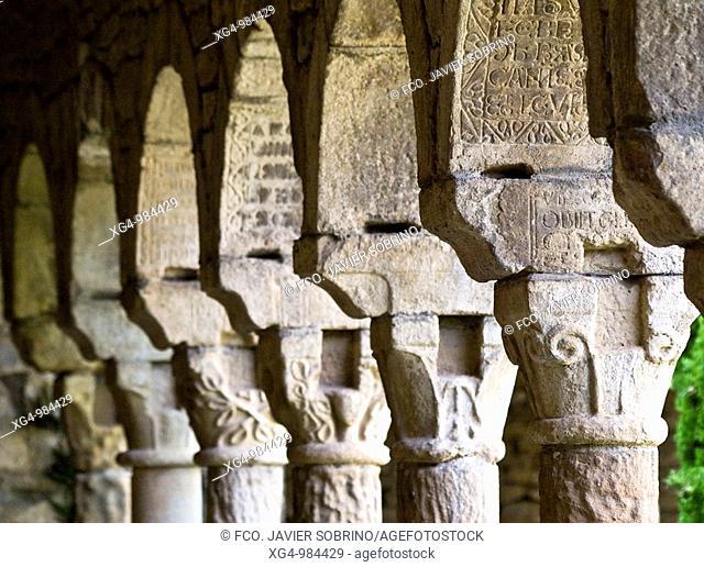 Capiteles con decoración rústica de motivos geométricos y vegetales en el claustro de la iglesia catedral de Roda de Isábena, de estilo románico