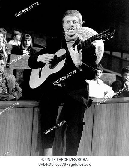 Der deutsche Sänger Heino mit Gitarrei, Hamburg 1960er Jahre. German singer Heino at Hamburg, 1960s