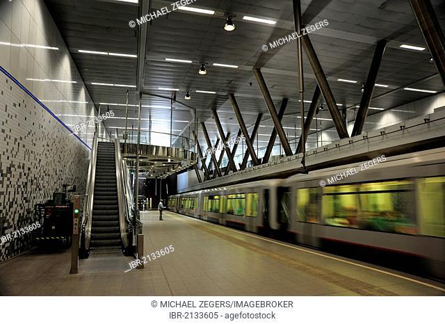 Underground railway approaching the metro station of Wilhelminaplein, Rotterdam, Holland, Nederland, Netherlands, Europe