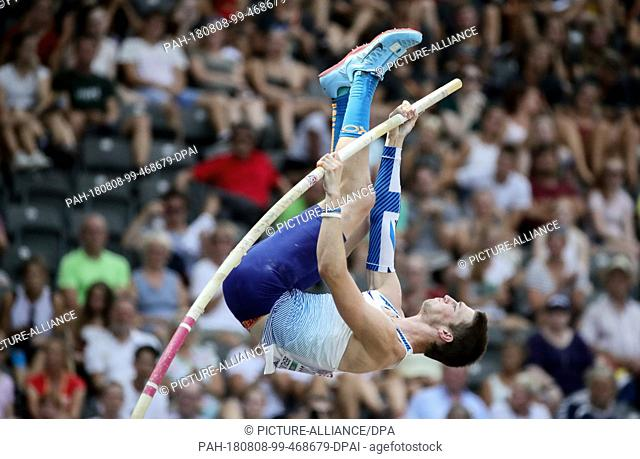 08.08.2018, Berlin: Athletics: European Championships in the Olympic Stadium: Decathlon; Men: Tim Duckworth from Great Britain rolls up at the pole vault
