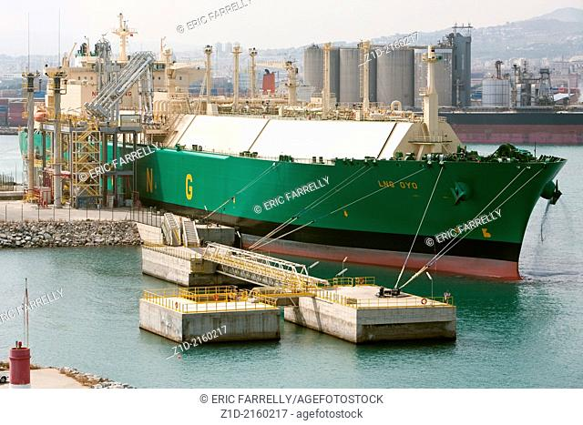 lng oyo discharging liquefied natural gas cargo at Barcelona terminal