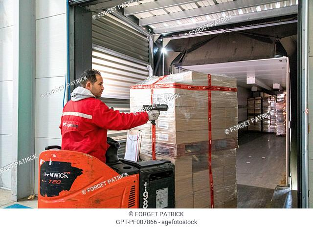 SCANNER FOR BARCODE READING BEFORE LOADING THE TRUCK, XPO LOGISTICS COMPANY EUROPE, LOGISTICS PLATFORM OF POUPRY (28), FRANCE