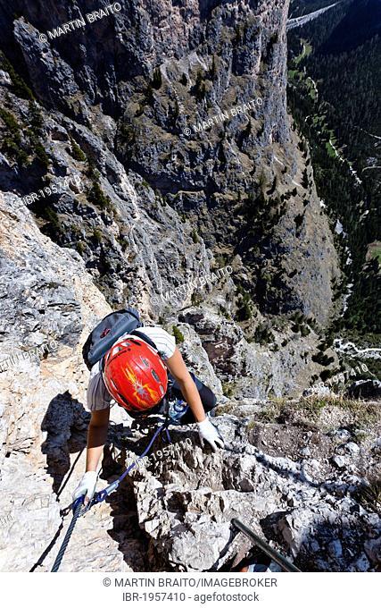 Mountain climber ascending the Stevia climbing route in Vallunga Valley near Selva, Val Gardena, Dolomites, Alto Adige, Italy, Europe