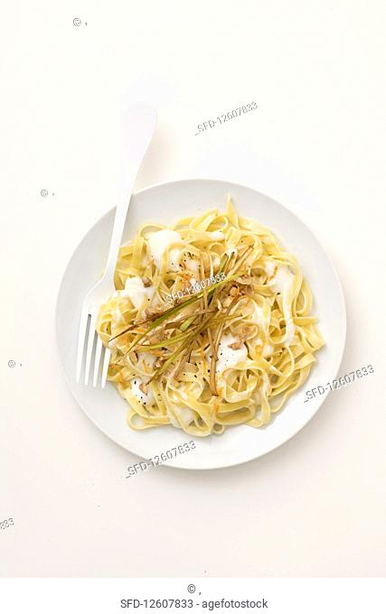 Tagliatelle with leek and cheese sauce, crunchy leeks and oranges