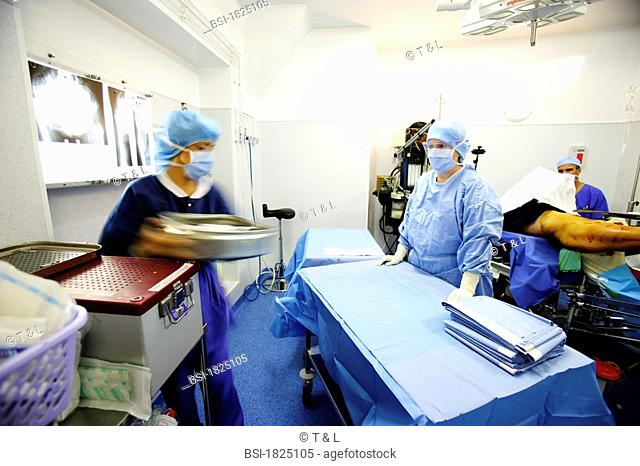 HIP PROSTHESIS, SURGERY<BR>Photo essay from hospital.<BR>Department of orthopedic surgery. Placement of hip prosthesis