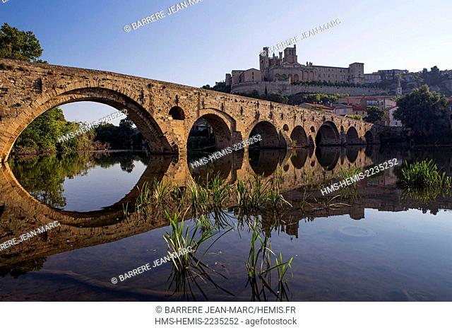 France, Herault, Beziers, Saint Nazaire Cathedral and the Pont Vieux on the Orb River