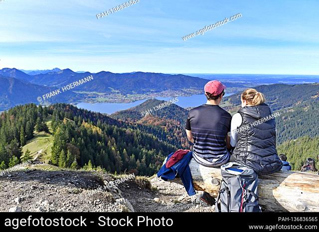 Golden October hike to Baumgartenschneid over the Tegernsee on October 25th, 2020. Wonderful hiking weather attracts many excursionists to mountain hikes in the...