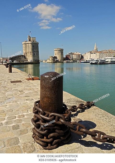 bollard and chain, inner harbour, La Rochelle, Charente-Maritime Department, Nouvelle-Aquitaine, France