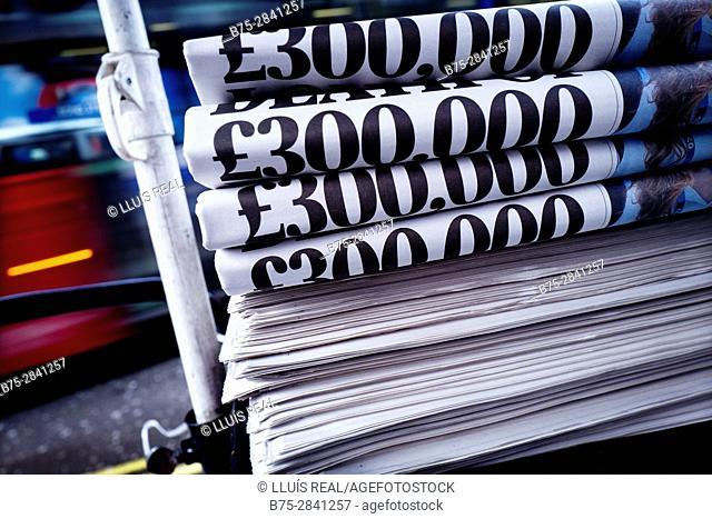 Montaña de periodicos con el texto 'Trecientas mil pounds' Oxford St., Londres, Uk, Europa