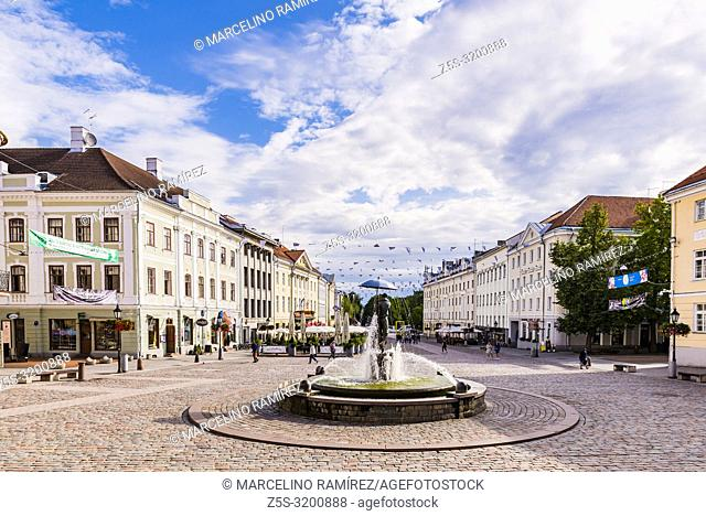Town hall square with statue of the students kissing in the foreground. Tartu, Tartu County, Estonia, Baltic states, Europe
