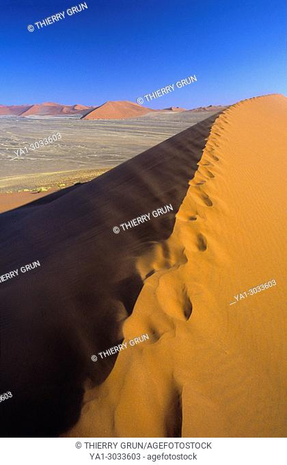 Namibia, Namib-Naukluft National park, Sesriem, Dune 45, sand flying away from summit