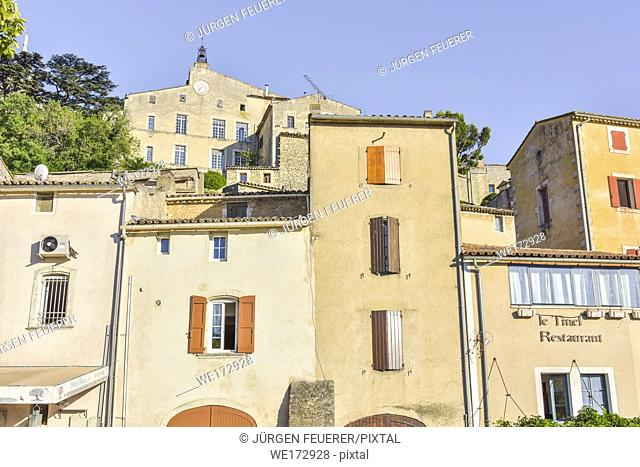 narrow houses and view to upper old church of Bonnieux, Provence, France, massif of Luberon, region Provence-Alpes-Côte d'Azur