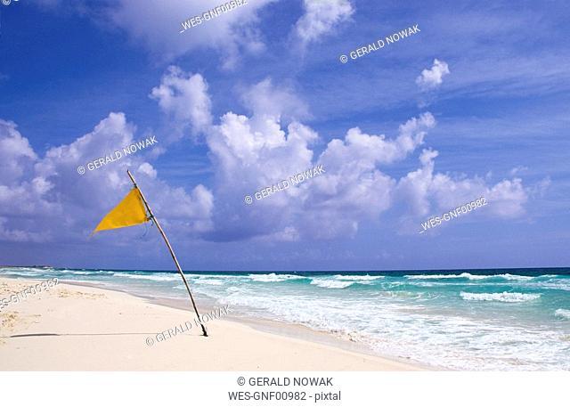 Mexiko, Cozumel, Flag on beach