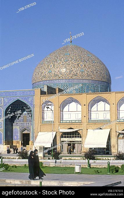 Iran, Isfahan, Unesco World Heritage Site, Naqhsh-e Jahan Square (Imam square) and mosque of sheikh Lotfollah