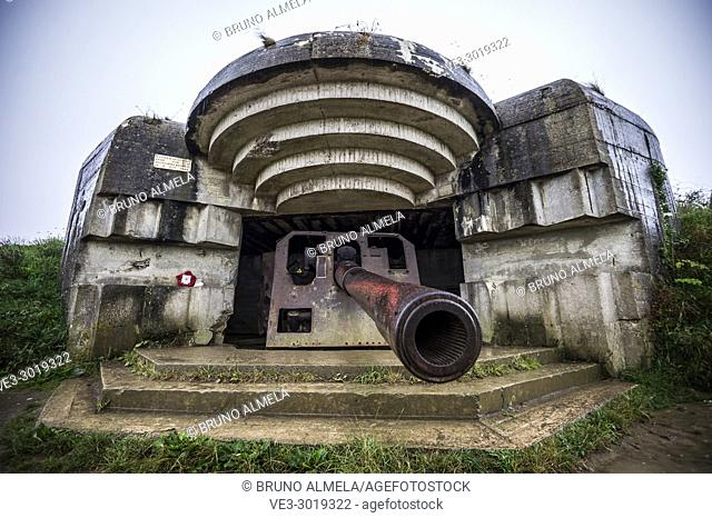 An artillery gun in the german coastal battery at Longues-sur-Mer was located between Omaha and Gold Beaches (department of Calvados, region of Normandie
