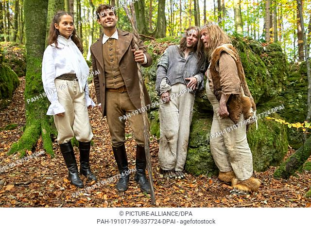 17 October 2019, Bavaria, Wiesenttal: The actress Bianca Nawrath (l-r), in the role of Princess Sarah, and the actors Lucas Reiber