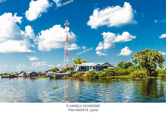 Asia, Cambogia, Tonte Sap lake (UNESCO biosphere reserve), floating village and an antenna