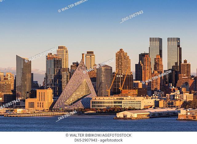 USA, New York, New York City, Manhattan skyline from Weehaken New Jersey, dusk