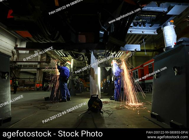 22 January 2020, Saxony-Anhalt, Halle: Employees of Maschinenbau und Service GmbH (MSG) in Ammendorf cut corroded metal parts out of the beam in a car body of...