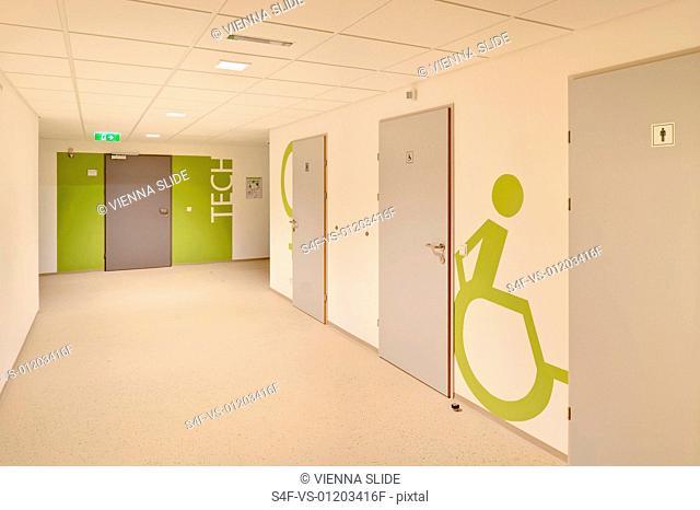 Piktogramm für die Behindertentoilette in einer Schule