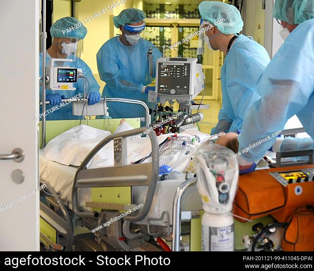 17 November 2020, Saxony, Leipzig: In the Covid ward, an area of the Operative Intensive Care Unit of Leipzig University Hospital