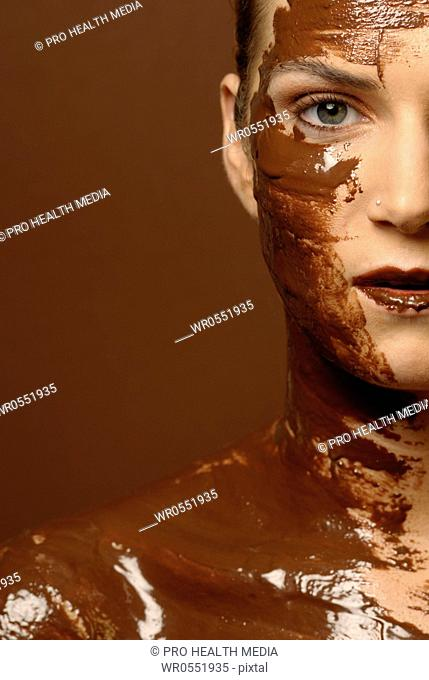 Natural cosmetics : chocolate - face of a young woman