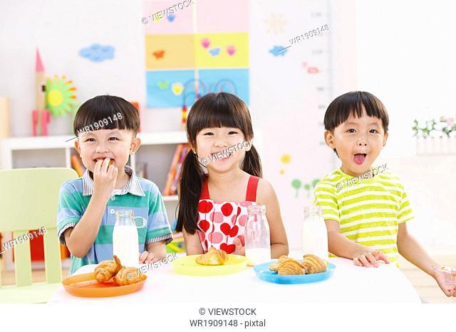 Kindergarten children at breakfast