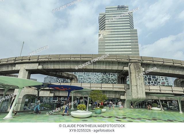 View of the skytrain viaduc and the walkway near Siam Discorery Center, Bangkok; Thailand