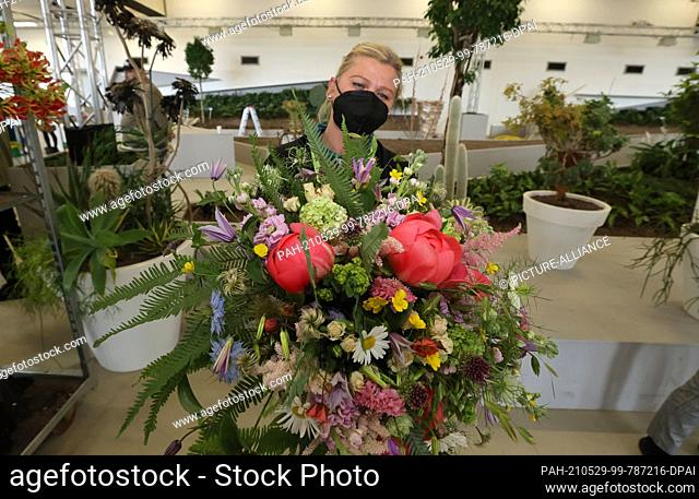 29 May 2021, Thuringia, Erfurt: Florist Dorota Szczepinska presents her competition bouquet at the Hesse-Thuringia State Florist Championships at the Federal...