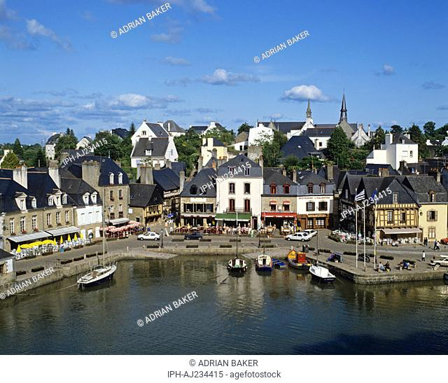 View of the town and harbour of Auray on the west bank of the Auray River