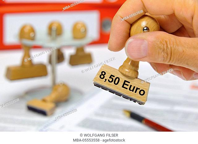8.50 euros of minimum wage selects on wooden stamp