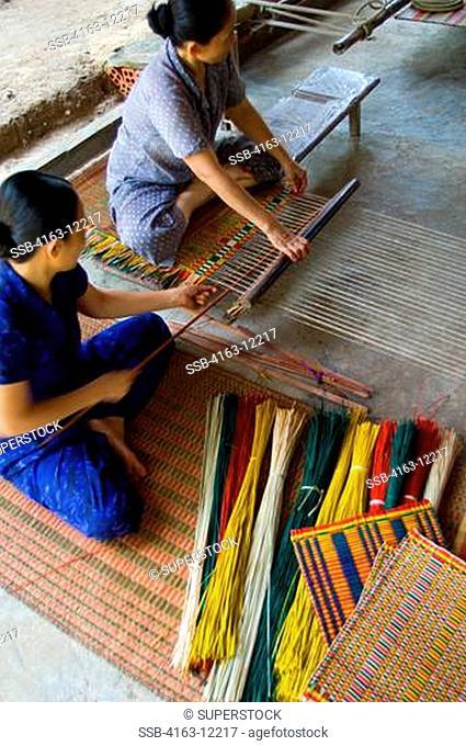 VIETNAM, NHA TRANG, WOMEN WEAVING RUSH MATS FRM REEDS