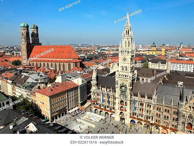 Marienplatz München - Neues Rathaus und Frauenkirche
