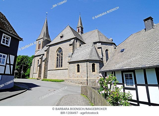 Church St Katharina St Catherine, half-timbered house, Assinghausen, village, Olsberg, Sauerland region, North Rhine-Westphalia, Germany, Europe