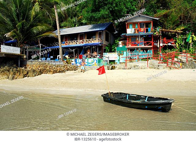 Independent Bo guesthouse, boat on White Sand Beach, Hat Had Sai Khao, Koh Chang Island, National Park Mu Ko Chang, Trat, Gulf of Thailand, Thailand, Asia
