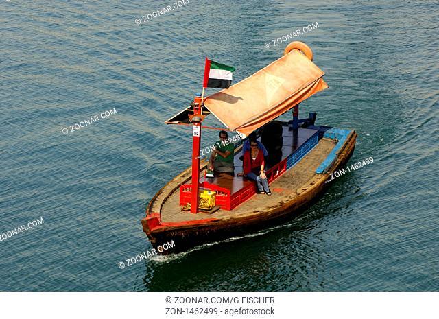 Abra Wassertaxi mit Touristen auf einem Ausflug auf dem Dubai Creek, Dubai, Vereinigte Arabische Emirate / Abra watertaxi with tourists on an excursion on teh...