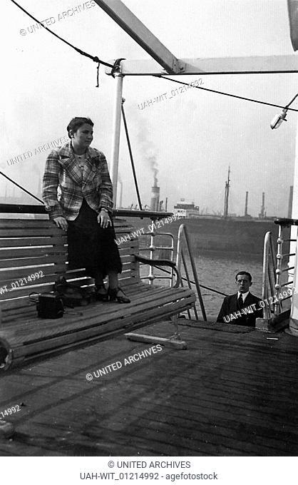 """Passagiere an Bord der """"""""Monte Olivia"""""""", die für die Organisation """"""""Kraft durch Freude"""""""" die Skandinavien-Route befährt. Hier kurz vor der Abfahrt aus dem Hafen..."""